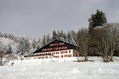 Det enkla hotellet i franska berg, skidar semesterorten Fotografering för Bildbyråer