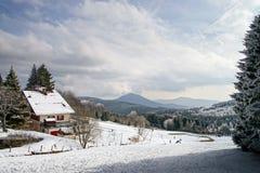 Det enkla hotellet i franska berg, skidar semesterorten Royaltyfria Bilder