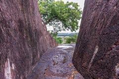 Det enorma knäppet av vaggar bana på mest budhhiest stenkullar, bygger vid det snittet vaggar för besök till budhhatemplet på ank royaltyfria foton