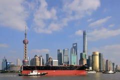 Det enorma skeppet eskorteras till och med floden i Shanghai Royaltyfria Foton