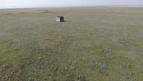 Det ensamma huset i stäppen nära sjön lager videofilmer