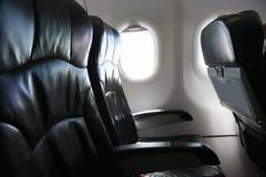 Det ensamma loppet med flygplanet någonstans, resan för affär med flygplanet och ser ut ur flygplanfönstret, himmelsikt av flygpl Royaltyfri Bild