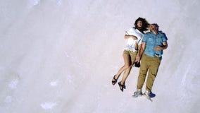 Det episka filmiska flyg- skottet för den bästa sikten av avkopplade lyckliga par som tillsammans ligger i mitt av Bonneville, sa stock video