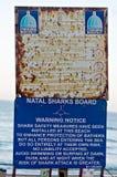 Det Ethekwini kommunmeddelandet och Natal Sharks Board Warning Notice på promenaden på Umhlanga vaggar Royaltyfria Foton