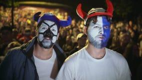 Det europeiska fanskriet jublar det favorit- laget för målet Natt för personbakgrundsfolkmassa arkivfilmer