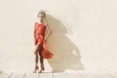 Kvinna i röd klänning Fotografering för Bildbyråer