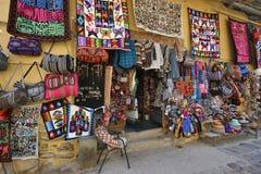 Det färgglade godset som är till salu i souvenir, shoppar, Peru Royaltyfri Bild