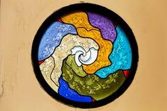 Det färgrika mosaikfönstret Arkivbilder