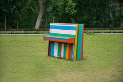 Det färgrika pianot i ängen Royaltyfria Foton