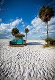 Det färgrika uthyrnings- skjulet på Siestacayen i Florida wewst seglar utmed kusten Arkivfoto