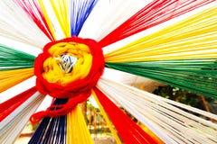 Det färgrikt av den ceremoniella tråden med regnbågefärg Royaltyfria Bilder
