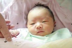 det födda barnet hand som henne, blockeriner den nya modern till Arkivfoto