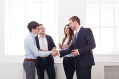 Det företags mötet i regeringsställning, affärsfolk diskuterar resultaten av arbete arkivfoton