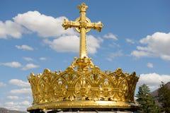 Det förgyllda kronaannonskorset i Lourdes Arkivfoton