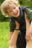 det försiktiga barnet hands den lyckliga mumen Royaltyfri Bild