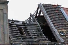 Det förstörda huset med taket kollapsade Arkivbild