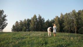 Det första datumet av en grabb och en flicka i natur arkivfilmer