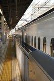 Det första drevet från denYokohama stationen i morgonen Royaltyfri Bild