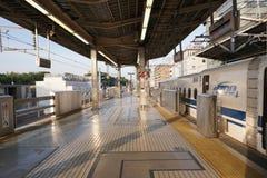 Det första drevet från denYokohama stationen i morgonen Arkivbilder