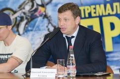 Gulyaev Nikolay Alekseevich på press-konferensen som är hängiven till festivalen av ytterlighetsorter av sportar   Royaltyfri Bild