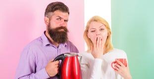 Det första tinget gör de varje morgon förbereder den varma drinken Få energiladdningen den favorit- varma drinken kaffe som tycke Arkivfoto