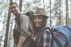 Det förtjusta paret tycker om aktiv livstil fotografering för bildbyråer