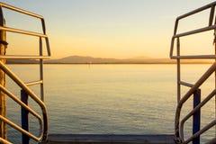 Det förträffliga och lugna vattnet av sjön på solnedgången royaltyfria bilder