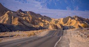 Det fantastiska färgrikt vaggar och berg på den Death Valley nationalparken - konstnärpaletten - DEATH VALLEY - KALIFORNIEN - Fotografering för Bildbyråer