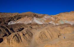 Det fantastiska färgrikt vaggar och berg på den Death Valley nationalparken - konstnärpaletten - DEATH VALLEY - KALIFORNIEN - Royaltyfri Foto