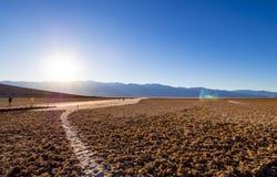 Det fantastiska landskapet av Death Valley nationalparkBadwater den salta sjön - DEATH VALLEY - KALIFORNIEN - OKTOBER 23, 2017 Arkivfoton