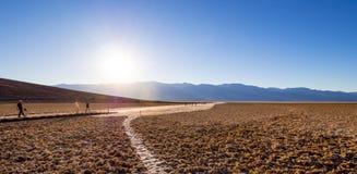Det fantastiska landskapet av Death Valley nationalparkBadwater den salta sjön - DEATH VALLEY - KALIFORNIEN - OKTOBER 23, 2017 Royaltyfri Bild