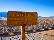 Det fantastiska landskapet av Death Valley nationalparkBadwater den salta sjön - DEATH VALLEY - KALIFORNIEN - OKTOBER 23, 2017 Royaltyfri Fotografi