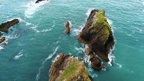 Det fantastiska landskapet på den Dunquin pir i Irland - flyg- sikt stock video