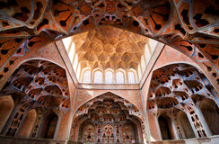 Det fantastiska taket och modeller i musikinstrument formar i slott av Mellanösten royaltyfri bild