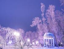 Det fantastiska vinterlandskapet i afton parkerar Gazebo lyktaljus Fotografering för Bildbyråer