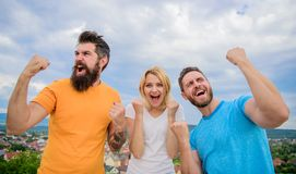 Det favorit- laget segrade konkurrens Uppföranden av vinnarelaget Kvinnan och män ser lyckade firar segerhimmelbakgrund arkivbild