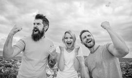 Det favorit- laget segrade konkurrens Uppföranden av vinnarelaget Kvinnan och män ser lyckade firar segerhimmelbakgrund royaltyfri fotografi