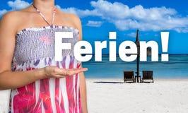 Det Ferien (i tysk ferie) begreppet framläggas av kvinnan på Fotografering för Bildbyråer