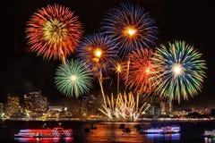Det festliga färgrika fyrverkerit tänder upp himlen över staden på nigh royaltyfri fotografi