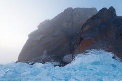 Det figurerade fältet av blå is och vaggar i dimman Arkivfoto