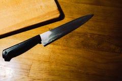 Det finns en kniv p? br?det arkivbilder