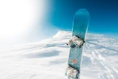 Det finns en snowboard på överkanten av berget Royaltyfri Fotografi