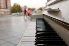 Det finns ett piano utanför i parkera royaltyfri bild