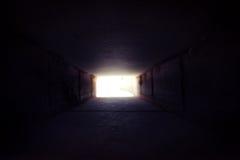 Det finns ljust på slutet av tunnelen stock illustrationer