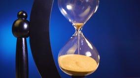 Det finns mycket liten dags att vända ett timglas, och nedräkningen börjar stock video