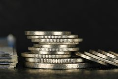 Det finns schweiziska pengar mot mörk bakgrund fotografering för bildbyråer