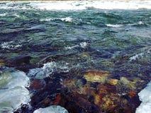 Det finns stenar i vattnet royaltyfri bild