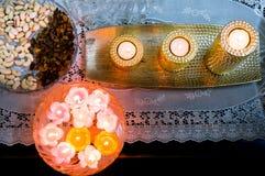 Det Flatlay skottet av att sväva stearinljus, guld- stearinljus och torkar frukter Arkivbild