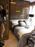 Det flotta sovrummet tillhör ett nygift personpar royaltyfri fotografi