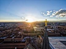 Det flyg- surrfotoet - korsa på en kyrka på solnedgången Royaltyfria Foton